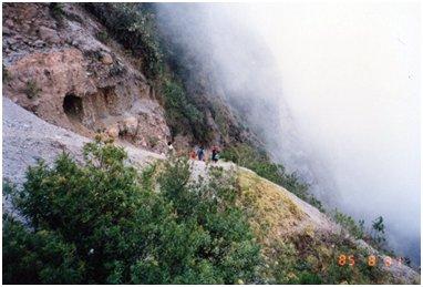 アンデス山脈の急斜面を歩く先住民.jpg