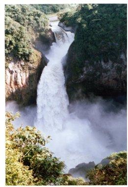 アンデス山脈途中の滝.jpg