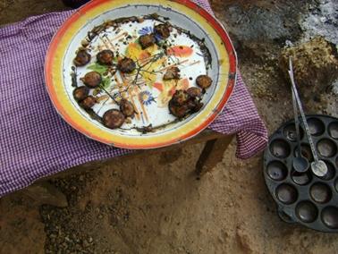 トウモロコシ粉や小麦粉のペーストを焼いて売っているオヤキ.jpg