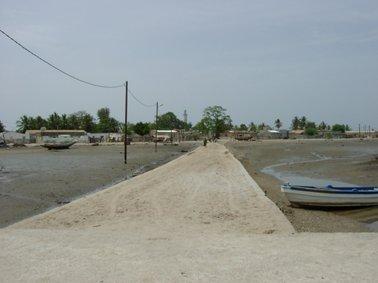 ボートを降りてバスール村への桟橋.jpg