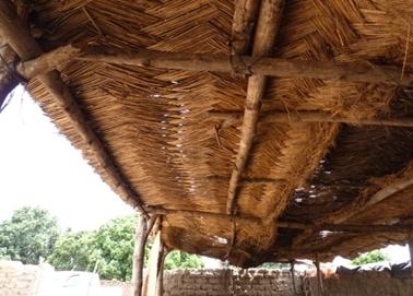 ヤシで編んだ屋根。シデラドゥグの焼き肉屋。.jpg
