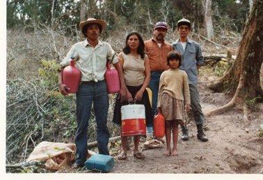 入植者達と。一番右が私。その左は森林局の技術者.jpg