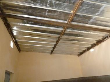天井はトタンである.jpg