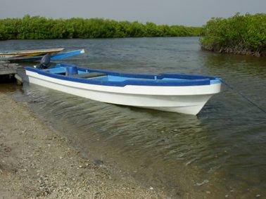 専用のグラスファイバー製ボート.jpg