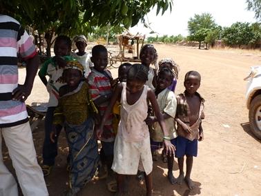 村から街道に出て、出会った子供達.jpg