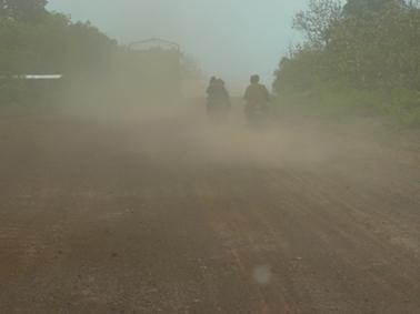 途中の道路はトラックが通るとひどい埃.jpg
