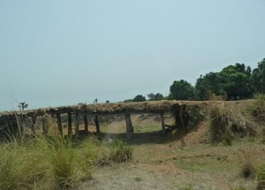 雨期になると川となる場所の上にかかっていた木橋。.jpg