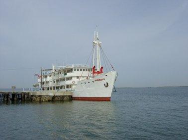 ときどきフンジュンの渡しに観光船がきている.jpg