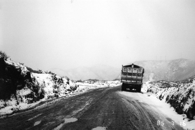 アンデス山脈を峠に向い登る。赤道直下の雪.jpg