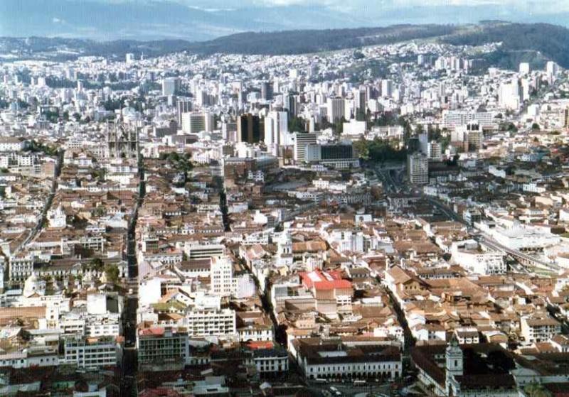 キトー(手前が旧市街、ビル街が新市街).jpg