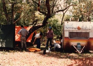 キャンピングカーと近くに張ったテント.jpg