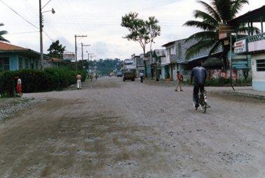 コカの道路。左側の青い建物がホテルアウカ.jpg