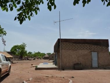ソーラパネルとテレビのアンテナ。ジャンガ村.jpg
