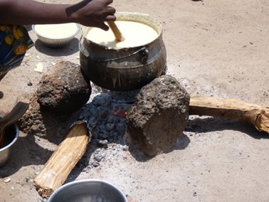 トウモロコシをペースト状にしたものを煮ている.jpg
