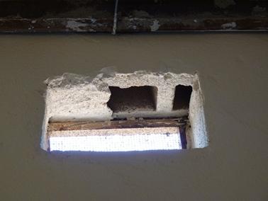 トタン屋根の内部。空気穴、ブロックは削りっぱなし.jpg