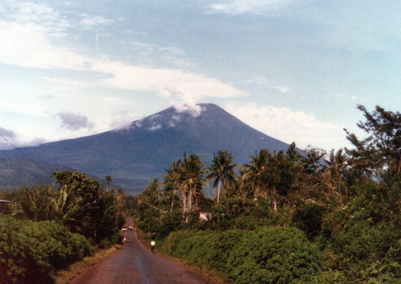 バリサン山脈最高峰のデンポ火山(3,173m)と思われる.jpg