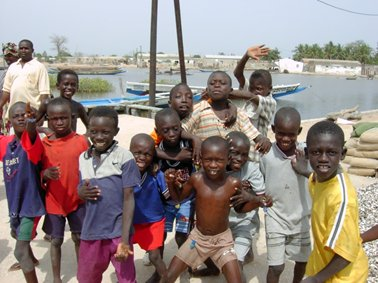 マングローブの島に住む子供達の元気な顔.jpg