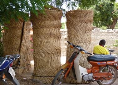 ヤシの葉を乾燥し編んで巻いたもの.jpg