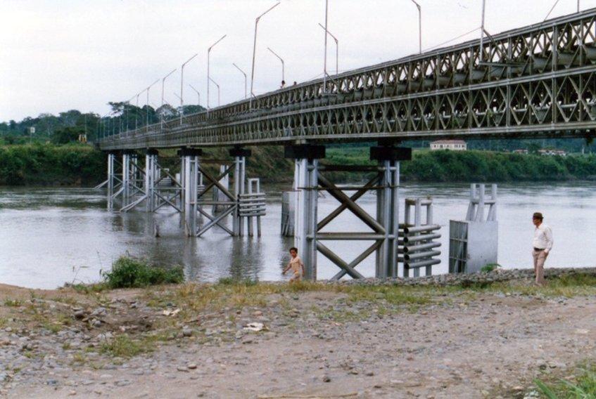ラゴ・アグリオに入る手前の橋.jpg