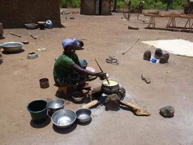 伝統的三つ石かまどによる煮炊。ウラテンガ村.jpg