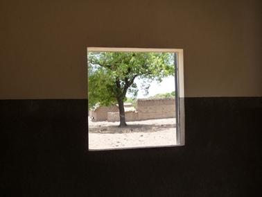 倉庫内の窓から外を望む.jpg