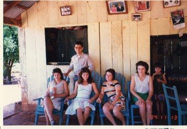 右がお母さん。その左から3人の娘。右のは一番下の娘。.jpg