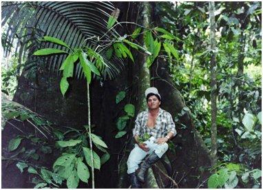 大木の大きな板根の上に座るアロンソ.jpg
