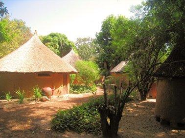 宿泊客用のブルキナスタイルの小屋が庭の中に点在.jpg