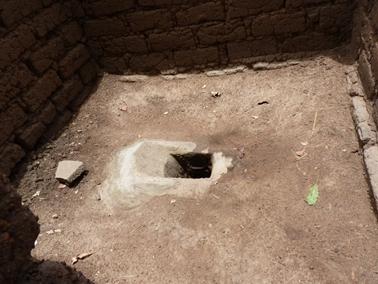 村のトイレ。家とは離れて作る。.jpg