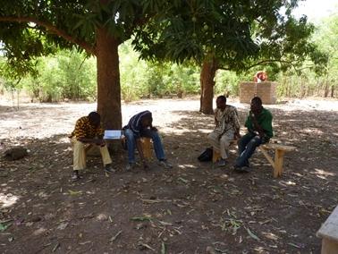 村のプロジェクト委員会の委員達.jpg