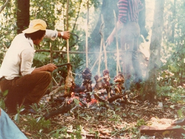 林内で肉を焼く.jpg