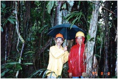 林内で雨に打たれるルナと増井.jpg