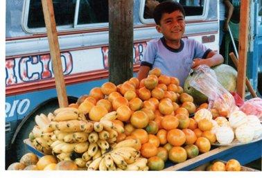 果物を売る少年.jpg