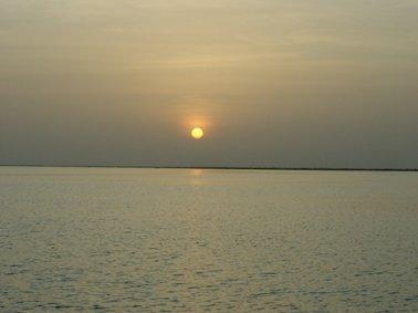 渡し場で沈む夕陽。いつもきれいな夕陽が沈む.jpg