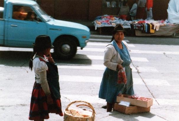 町で物売りする先住民.jpg