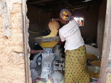 粉ひき機でトウモロコシを粉に。ブヌナ村.jpg