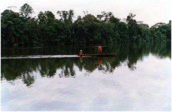 調査地域内の小さな湖。静かな湖面をカヌーで渡る先住民.jpg