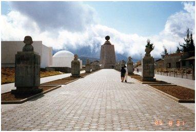 赤道の石碑.jpg