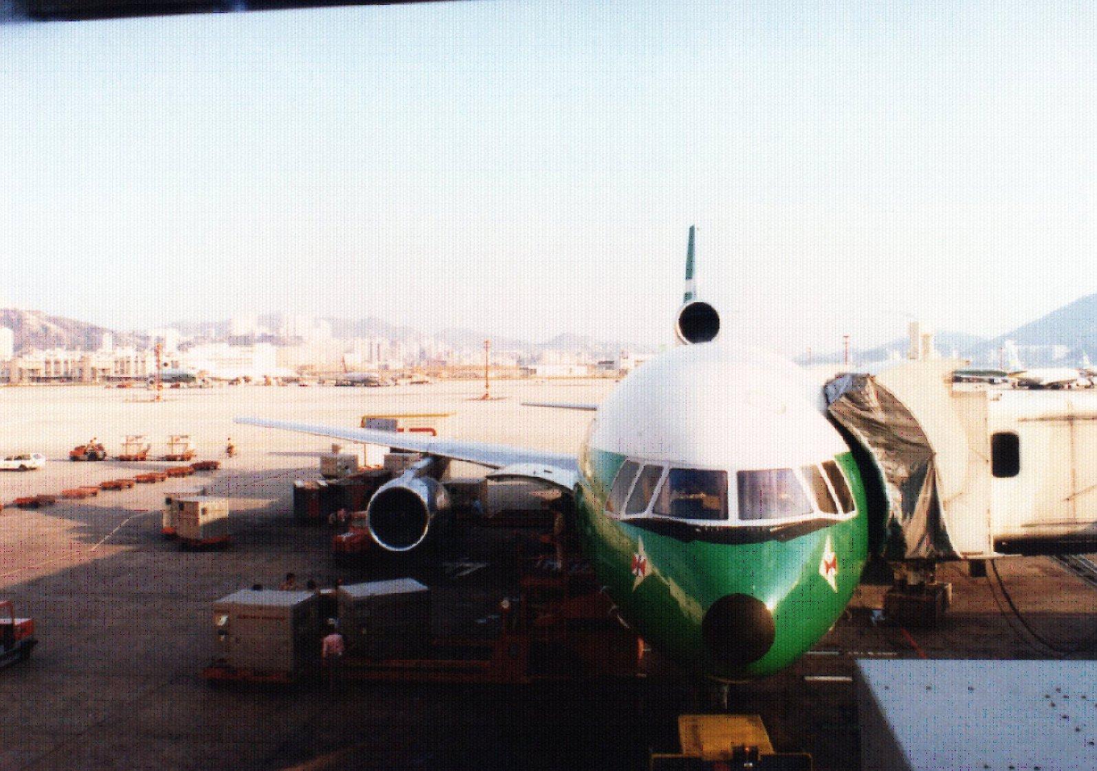 途中経由した香港の旧空港。2時間ほど待機していた。.jpg