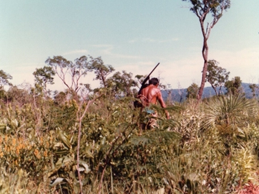 銃とアルマジロを背負う筋骨隆々の先住民.jpg